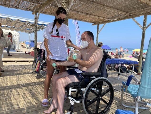 Imagen: Sesión para el desarrollo de la movilidad en la playa accesible Punta del Raset