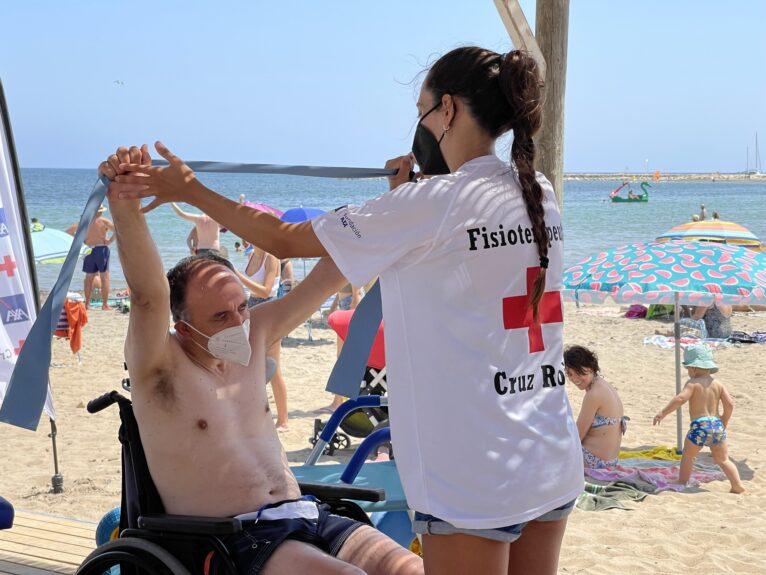 Sesión para el desarrollo de la movilidad en la playa accesible Punta del Raset