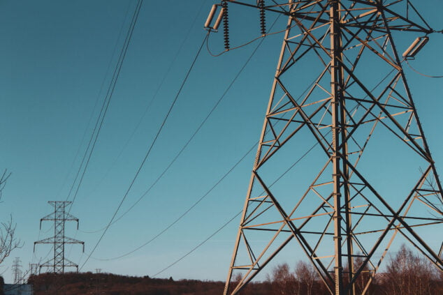 Imagen: Torres de luz junto a la carretera