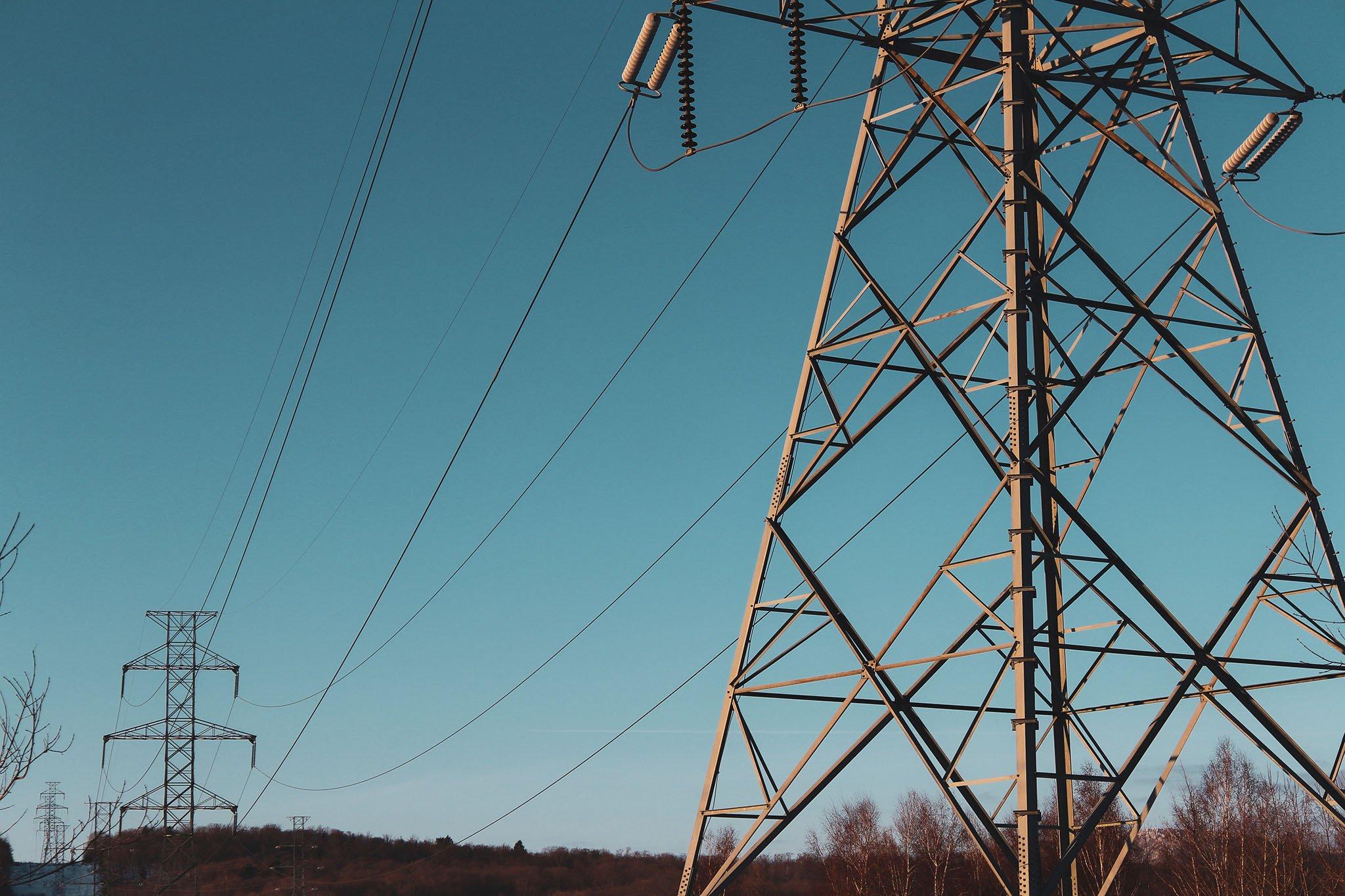 Torres de luz junto a la carretera