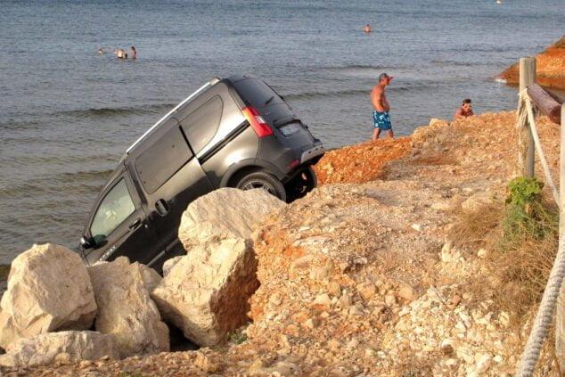 Imagen: Vehículo que cae al agua en Les Rotes