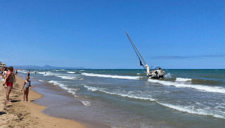Velero encallado en la zona de baño de la playa de Les Bovetes