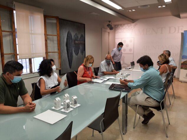 Imagen: Vicent Grimalt junto a Carolina Vives en la reunión en el ayuntamiento de Dénia
