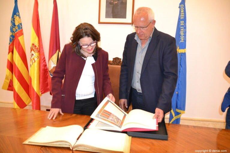 Vicent Grimalt junto a Mónica Oltra durante la visita de la consellera al Centre de Dona de la ciudad, en 2018