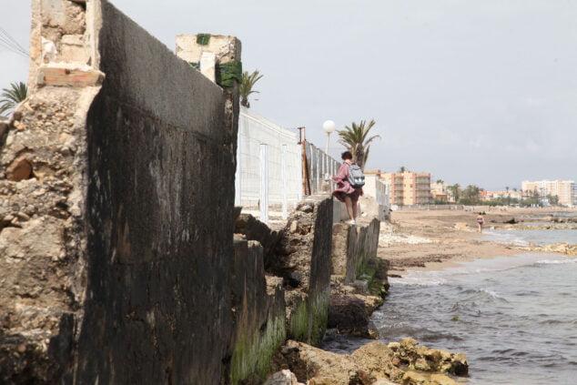 Imagen: Bañista sorteando los escombros de la inexsistente orilla cerca de donde se levantará el hotel
