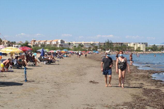 Imagen: Bañistas en la playa Punta del Raset