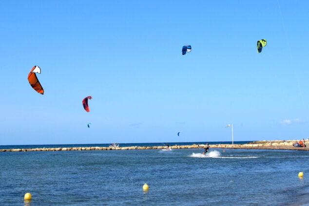 Imagen: Bañistas practicando kite surf en la zona habilitada de El Raset