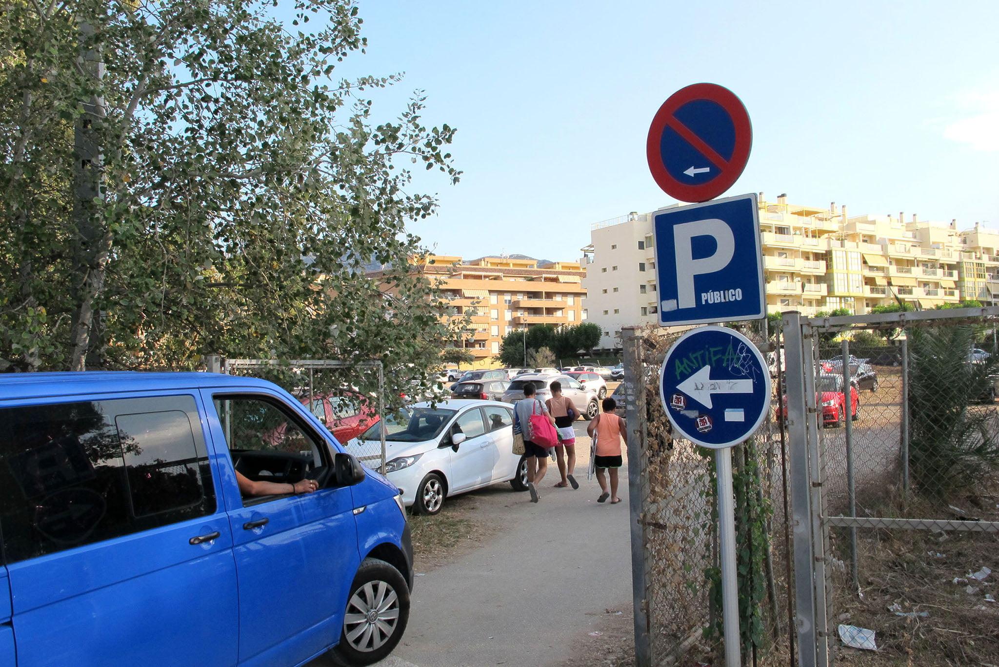 Entrada al parking público próximo a la playa Punta del Raset