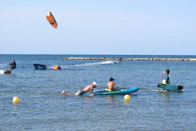 Gente practicando deporte en la playa Punta del Raset