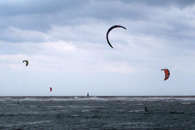 Imagen: Kitesurfistas en la Marineta Cassiana