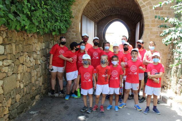 Imagen: Participantes del campus de pilota en el castillo de Dénia
