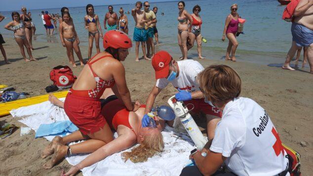 Imagen: Simulacro realizado en la playa por el servicio de socorrismo de Cruz Roja