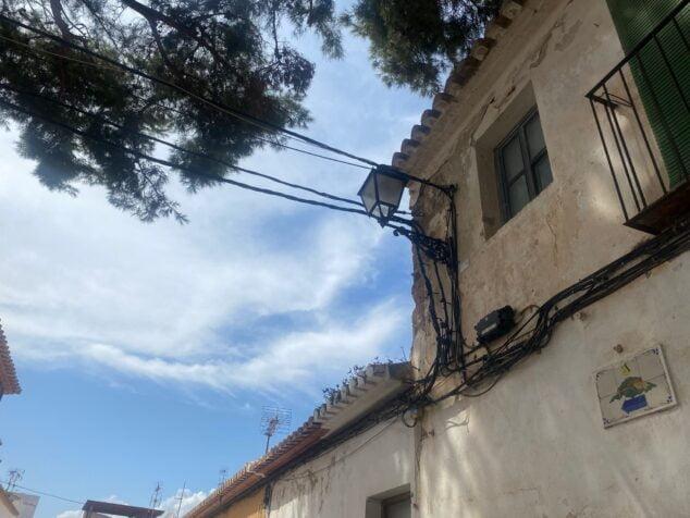 Imagen: Cableado antiguo en las fachadas de Dénia