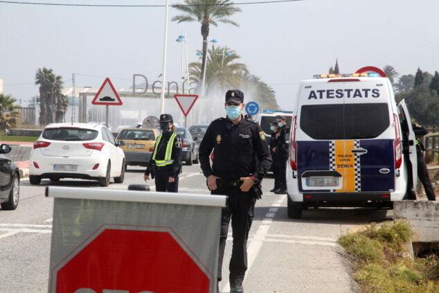 Imagen: Control de policía durante Semana Santa en la entrada de Dénia