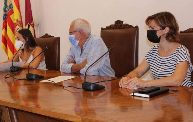 Imagen: De izquierda a derecha, Melani Ivars, concejala de Educación, Vicent Grimalt, alcalde de Dénia, y Maria Josep Ripoll, concejala de Urbanismo
