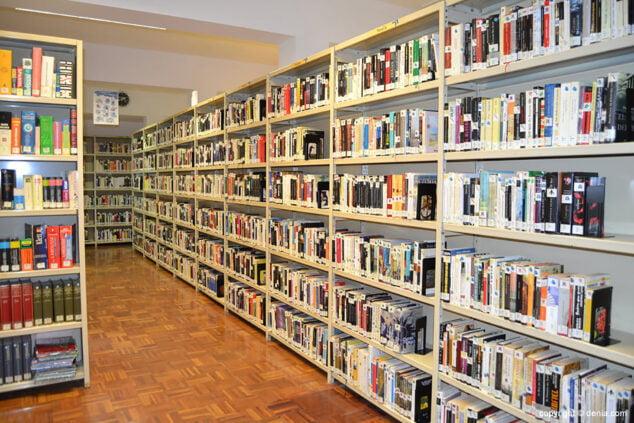 Imagen: Estanterías de la antigua ubicación de la Biblioteca Municipal