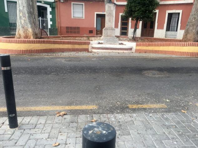 Imagen: Excrementos de paloma sobre los postes de la plaza