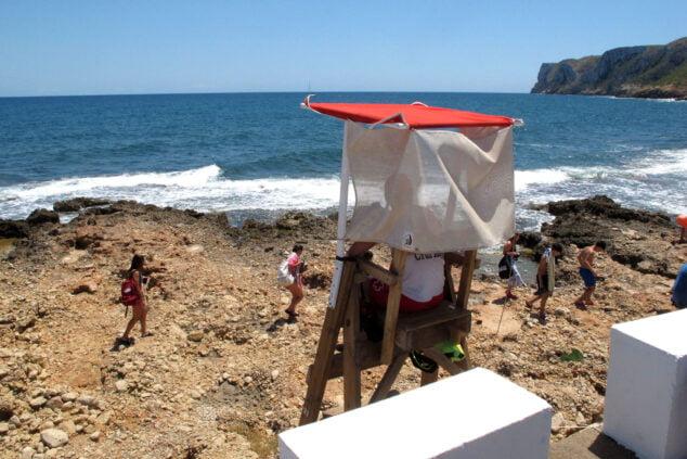 Imagen: Foto de archivo de un socorrista en la silla de proximidad de la playa Arenetes