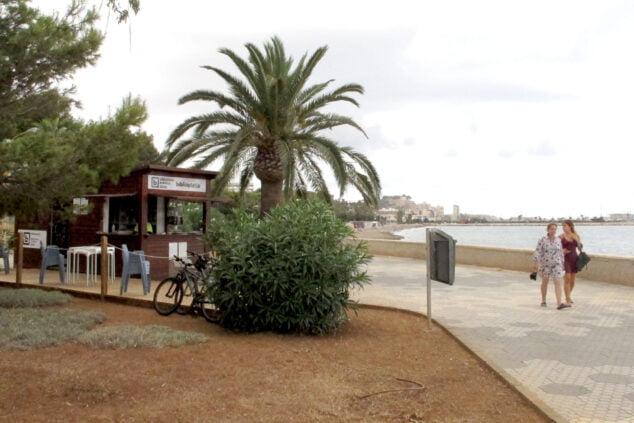 Imagen: La Biblioplatja despierta el interés de las personas que pasean por la Marineta Cassiana