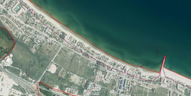 Imagen: La línea morada indica el retroceso de la costa en Les Deveses para el 2100