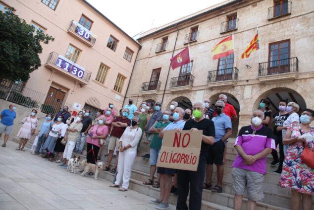 Imagen: Manifestación frente al ayuntamiento de Dénia por el precio de la luz