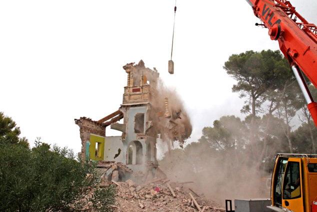 Bild: Moment des Abrisses des Turms