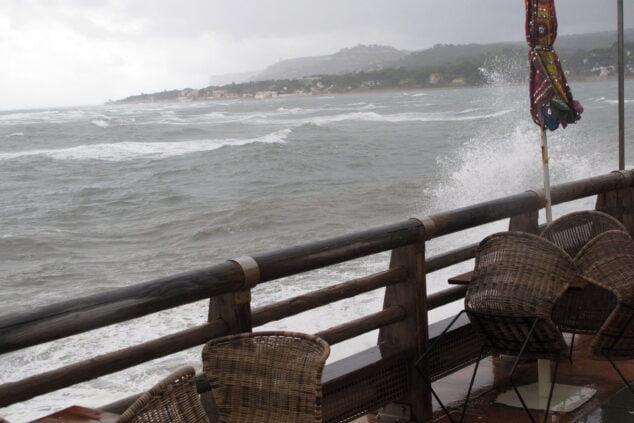 Imagen: Oleaje en la Marineta Cassiana durante la primera jornada de temporal