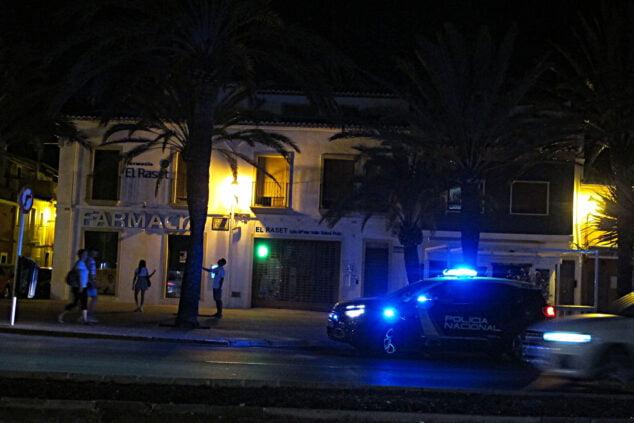 Imagen: Policía de urgencia durante una noche de verano en Dénia