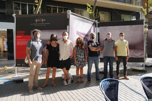 Imagen: Representantes del Ayuntamiento junto a la organización del Festival Ojos Rojos | Fotografía de Paula Caballero