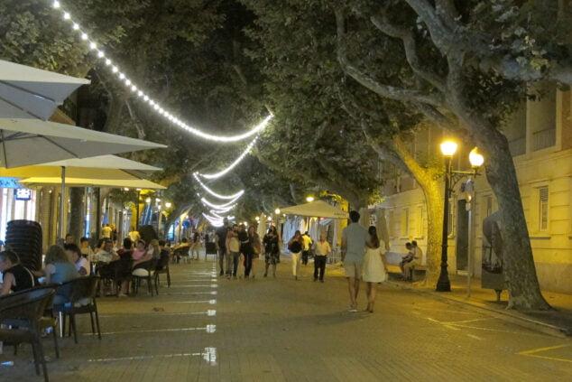 Imagen: Transeuntes durante la noche en Marqués de Campo