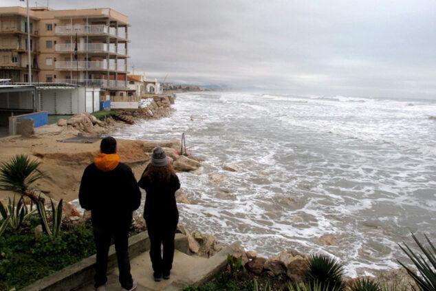Imagen: Vecinos observando los destrozos de la playa Les Deveses
