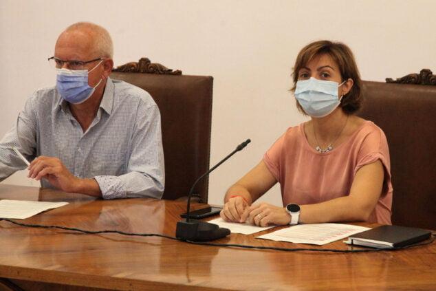 Imagen: Vicent Grimalt, alcalde de Dénia, y Maria Josep Ripoll, concejala de Urbanisme, en la presentación de los nuevos proyectos