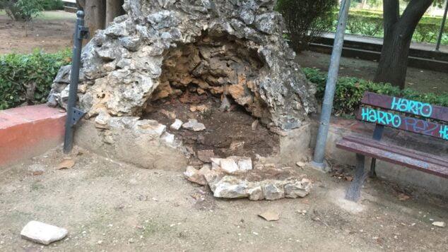 Imagen: Destrozo de un ornamento del jardín de Torrecremada