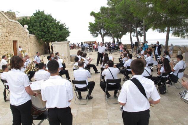 Imagen: La Agrupación Artística Musical interpretando el himno en el Nou d'Octubre